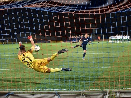 Павло Ісенко в воротарських рукавицях Brave GK офіційний інтернет магазин Brave GK
